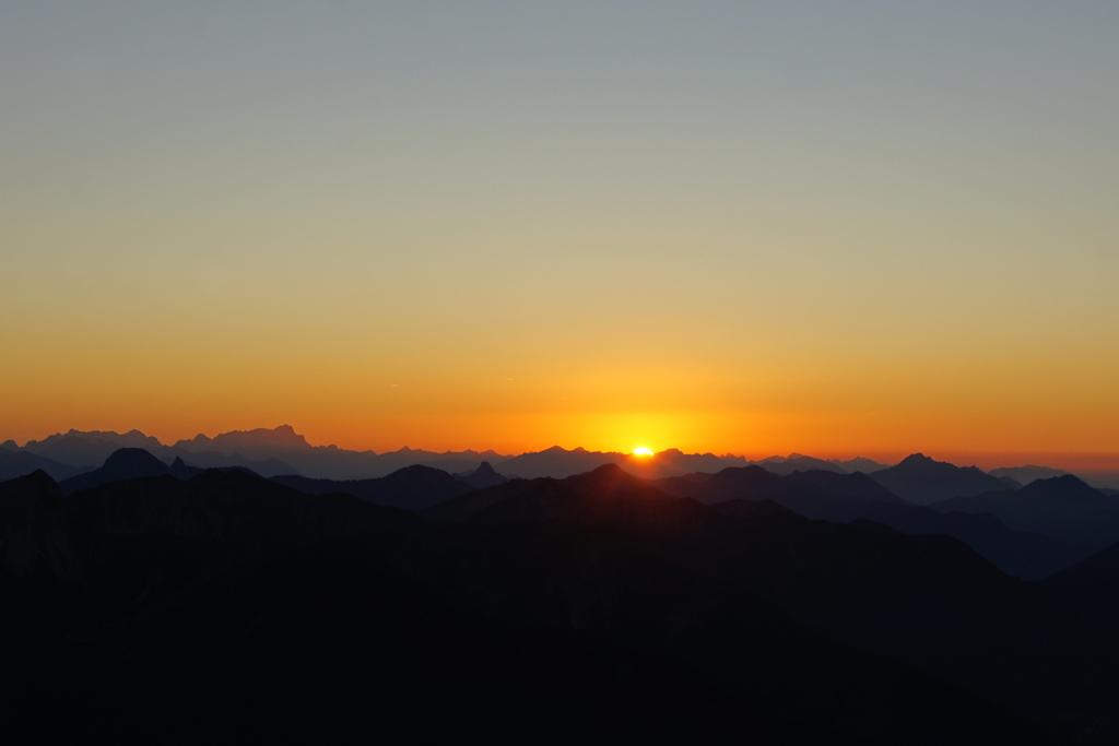 Vom Wendelstein kann der Sonnenuntergang über den Voralpen besonders gut beobachtet werden