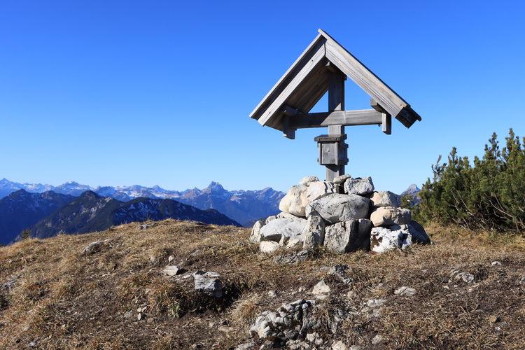 Am kleinen, aber schönen und unverwechselbaren Gipfelkreuz